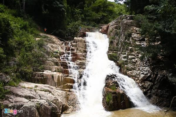Điều đặc biệt là dù bị nước chảy xói mòn, đá trên bề mặt của thác lại được cắt gọt thật vuông vắn, với mỗi bậc cao từ 1 đến 2 m.