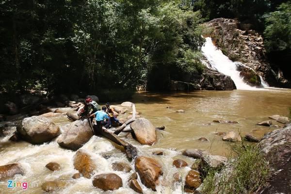 Muốn băng qua thác, bạn phải xuôi về hạ lưu, nơi dòng chảy giảm chậm và có nhiều bậc đá để nhảy qua.