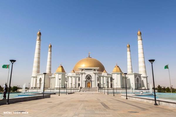 Thánh đường Hồi giáo lớn nhất Turkmenistan ở thủ đô Ashgabat được xây dựng bằng đá cẩm thạch trắng, với sức chứa 7.000 người.