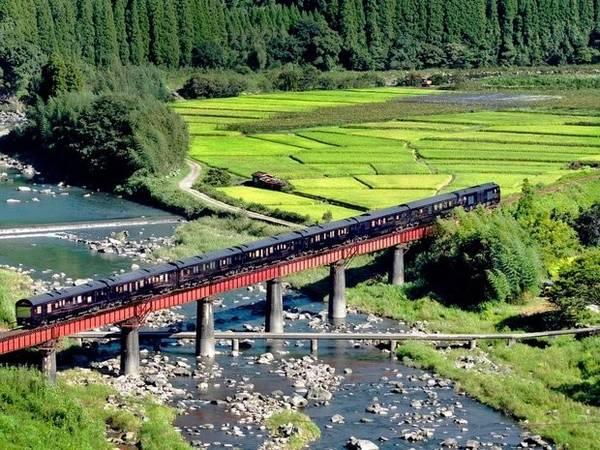 Tàu Bảy Sao tại Kyushu (Seven Stars in Kyushu): Tuyến đường sắt siêu sang của Nhật Bản có lộ trình đi qua vùng đảo có địa hình núi Kyushu. Yufuin, địa danh nổi tiếng với các hồ nước nóng, là trạm dừng cuối của chuyến tàu.