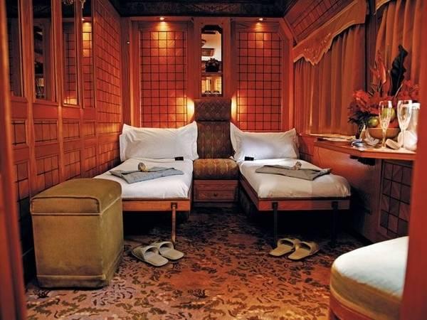 Nội thất tàu là sự kết hợp giữa phong cách kiến trúc Đông Nam Á thời thuộc địa. Các toa sử dụng chất liệu sơn mài từ Trung Quốc và Thái Lan, khoang quan sát được xây từ gỗ cây tếch để đảm bảo sự chắc chắn. Khoang Tổng thống, như trên hình, sử dụng chất liệu gỗ xà cừ, các phụ kiện cổ và bàn ghế theo phong cách quân đội.