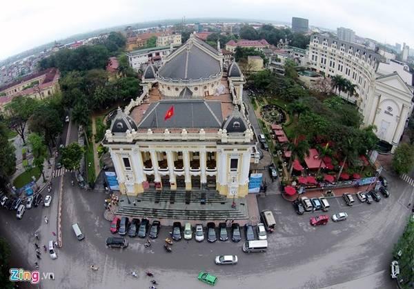 Nhà hát lớn Hà Nội tọa lạc trên quảng trường Cách Mạng Tháng Tám. Công trình là dấu ấn của thời kỳ Phục Hưng với hàng cột theo thức Ionic La Mã, hệ mái lợp ngói đá đen kỳ công. Ảnh: Mạnh Thắng.