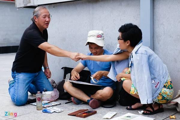 Các thành viên dành nhiều thời gian để trò chuyện, trao đổi góp ý cho các bức ký họa. Nơi đây không có khoảng cách về tuổi tác mà là sự giao lưu của những người cùng đam mê. Dự kiến, các kiến trúc sư sẽ ký họa tại các nhà cổ đường Trần Hưng Đạo, Nguyễn Trãi.