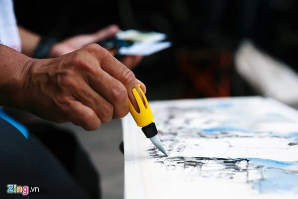 Ký họa sư KC Lee sử dụng bút tô màu loại tiện dụng đề hoàn thiện tác phẩm.