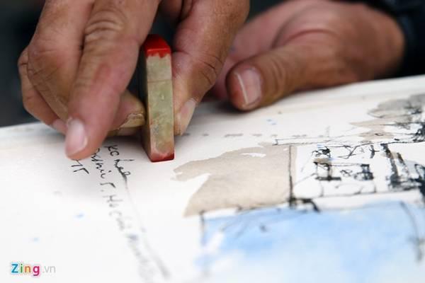 Họ thường sử dụng ấn triện để làm chữ ký. Ông Lee điểm ấn trước khi tặng một bạn trẻ Việt Nam tham gia đoàn sáng tác.