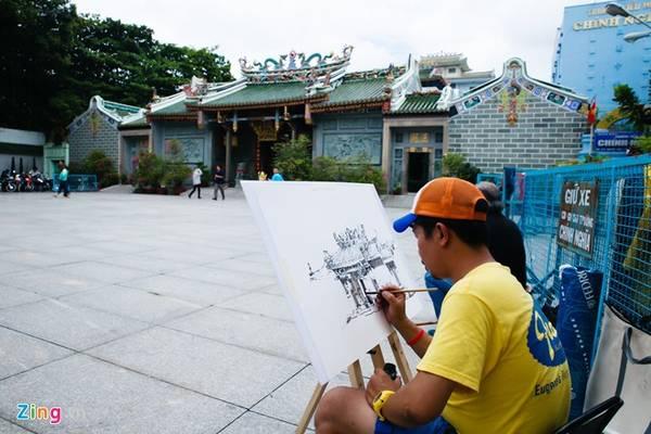 """Anh Chiến, trưởng nhóm """"Ký họa đô thị Việt Nam"""", cho biết, sau 2 năm thành lập, nhóm có hơn 1.500 thành viên, đã ký họa ở nhiều nơi trong nước như TP HCM, Hội An, Hà Nội, Hà Giang... và cả nước ngoài như Penang, Malacca (Malaysia), Singapore..."""