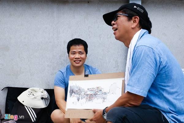 """Buổi giao lưu ngày đầu tiên diễn ra trong không khí thân tình thoải mái. Anh Phong thành viên nhóm chia sẻ: """"Rất vui vì có cơ hội được giao lưu học hỏi cùng các ký họa sư nước ngoài""""."""