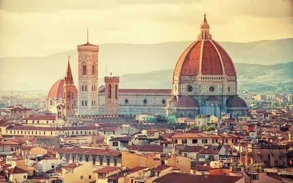 Florence, Italy: Thành phố này có rất nhiều các phòng trưng bày nghệ thuật và bảo tàng như Uffizi, Bargello, Accademia Gallery, các nhà thờ như Santa Maria Novella, Santa Croce với kiến trúc tuyệt đẹp. Tuy nhiên, điểm hấp dẫn của Florence chính là vì nơi đây là cái nôi của thời kỳ Phục Hưng Italy, từ những con phố trải sỏi duyên dáng nơi người dân thường tụ tập giao lưu.