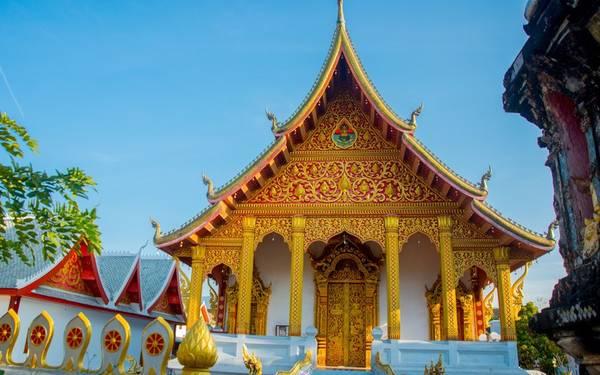 Luang Prabang, Lào: Cố đô của Lào được UNESCO công nhận là Di sản thế giới 20 năm trước đây. Luang Prabang vẫn lưu giữ được vẻ đẹp vốn có bằng cách dùng doanh thu từ du lịch để tôn tạo các tòa nhà và đền đài cổ. Thành phố nằm e ấp trong thung lũng tại hợp lưu của sông Mekong và sông Nam Khan trong màu xanh tươi tốt của rừng, với lối sống thong thả, giản dị đậm phong cách Phật giáo.