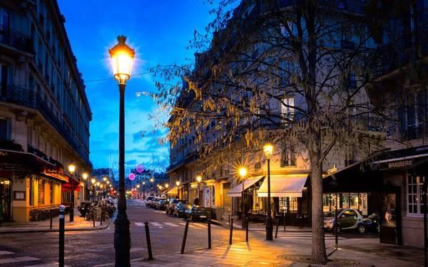 Paris, Pháp: Những ổ khóa tình yêu đang phá hủy các cây cầu ở Paris, tình trạng xếp hàng dài dặc quanh tháp Eiffel khiến nhiều người khó chịu. Nhưng không vì vậy mà có thể phủ nhận được vẻ đẹp của kinh đô ánh sáng này. Paris đẹp từ những chiếc lá uốn cong mình ngả từ xanh sang vàng khi trời chuyển mùa, từ những chiếc ghế duyên dáng ở các ga tàu điện ngầm hay đại lộ Haussmann đến những khu chợ đường phố mở mỗi tuần.