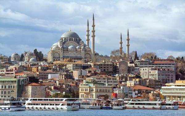 Istanbul, Thổ Nhĩ Kỳ: Thủ đô của đế chế Ottoman một thời còn lưu giữ những tác phẩm kiến trúc vô giá như cung điện Topkapi, thánh đường Suleimaniye và Sultanahmet, hay công trình Aya Sofya từng là nhà thờ, thánh đường, và bây giờ là bảo tàng. Istanbul còn có những khách sạn boutique, các phòng trưng bày nghệ thuật hay những ngôi nhà kiến trúc Ottoman có tuổi đời nhiều thế kỷ…