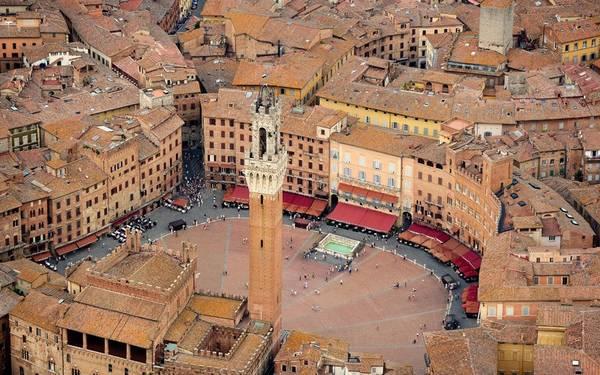 Siena, Italy: Siena là một thị trấn ở vùng Toscano. Nhà cửa ở Siena được xây dựng theo hình vòng cung như những bước tường thành vững chắc, ôm lấy quảng trường trung tâm Piazza del Campo. Đây được coi là một trong những quảng trường thời trung cổ đẹp nhất Italy nói riêng và châu Âu nói chung.