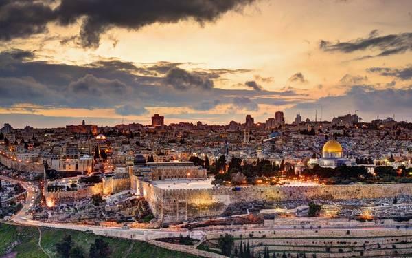 <strong>Jerusalem:</strong> Là vùng đất thiêng của 3 tôn giáo lớn trên thế giới bao gồm Thiên chúa giáo, Hồi giáo và Do Thái, Jerusalem có dân cư sinh sống từ năm 4.000 trước Công nguyên. Những địa danh không thể bỏ qua ở Jerusalem phải kể đến nhà thờ Holy Seplucher, đỉnh núi Oliu, con đường khổ nạn, hay bức tường than khóc…