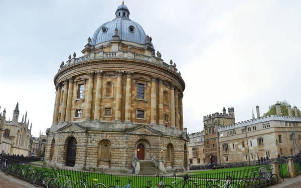 """Oxford, Anh: Đây được coi là """"thành phố đại học"""" với trường đại học Oxford lâu đời nhất vương quốc Anh và là thành phố của công nghiệp xe hơi, với hãng xe Morris từ thế kỷ 20. Oxford có 36 trường đại học, phương tiện di chuyển chủ yếu của sinh viên ở đây là xe đạp. Nhiều công trình kiến trúc ở Oxford có từ thế kỷ 11 như University Church of St.Mary the Virgin, thư viện Bodleian và quảng trường Radcliffe Camera, trường Christ Church, bảo tàng Oxford, trường Magdalen."""