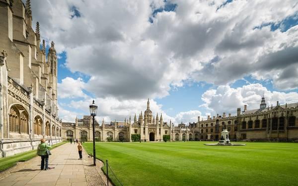 Cambridge, Anh: Nằm cách London 80 km về phía bắc, Cambridge là một thành phố có lịch sử lâu đời. Nhiều công trình được xây từ thời trung cổ như lâu đài trên Castle Hill, nhà thờ St Bene't…