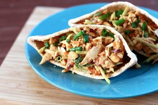 Bánh mì kẹp thịt gà, Railay, Thái Lan: Hãy chọn một trong những xe đồ ăn xuất hiện ở bãi biển vào buổi trưa và thưởng thức món bánh mì kẹp thịt gà ngon tuyệt với giá khoảng 2 USD. Ảnh: Thesweetslife