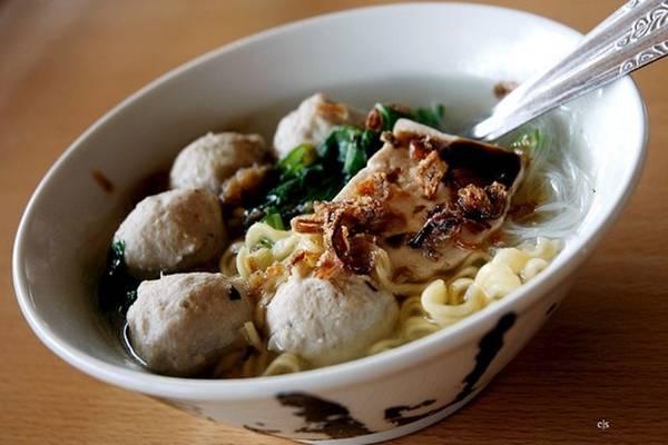 Súp thịt viên bakso, Indonesia: Với 4 USD, bạn có thể mua được 4 bát bakso. Món ăn này phổ biến ở khắp Indonesia. Ảnh: Closari/Flickr.