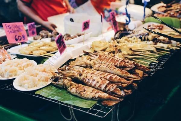 Đồ ăn ở phố Soi 38, chợ đêm Bangkok, Thái Lan: Soi 38 là một trong những phố ẩm thực nổi tiếng nhất Bangkok với nhiều món ăn phong phú và giá rẻ. Du khách chỉ phải chi 2 USD (khoảng 60 bath) cho một món gà và một ly sinh tố. Ảnh: Culinarymission.