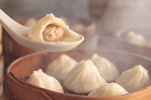 Tiểu long bao, Thượng Hải, Trung Quốc: Một đĩa tiểu long bao 12 chiếc có giá khoảng 2 USD. Hãy cẩn thận khi ăn, bởi nước thịt bên trong khá nóng. Ảnh: Japantimes.