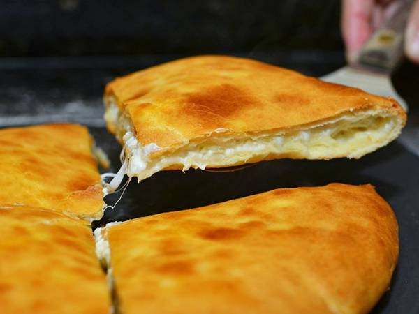 Khachapuri ở Tbilisi, Georgia: Du khách chỉ cần chi 2 USD cho 6 lát bánh mì phô mai ngon tuyệt ở Georgia. Ảnh: Ingredientmatcher.