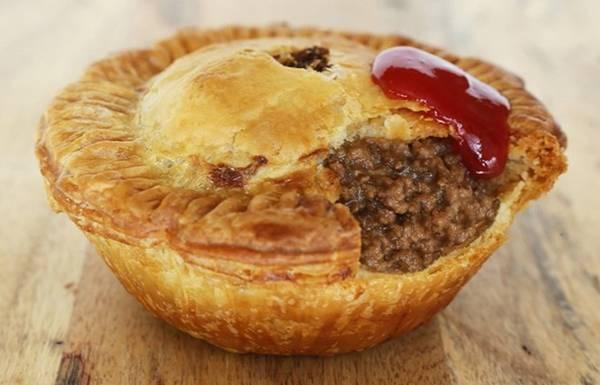 Bánh nướng nhân thịt, Australia: Món ăn phổ biến ở Australia này có lớp vỏ giòn và phần nhân thịt thơm ngon bên trong. Ảnh: Laweekly.