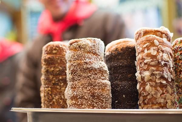 Kürtőskalác, Budapest, Hungary: Kürtőskalác, hay còn gọi là bánh ống khói, là bột được lăn đường và bơ, sau đó nướng trên than hoa cho tới khi có màu vàng hấp dẫn. Khi nướng, lớp đường bên ngoài sẽ chuyển màu và tạo lớp vỏ giòn cho bánh. Ảnh: Nowwhatstheplan.