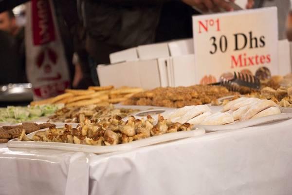 Bánh ngọt vỉa hè, Morocco: Tại các khu chợ, nhiều người bán hàng đẩy những xe chở đầy bánh ngọt, bánh quy đủ loại. Bạn có thể mua một hộp 10 chiếc tùy chọn với giá 2 USD. Ảnh: Travelshus.