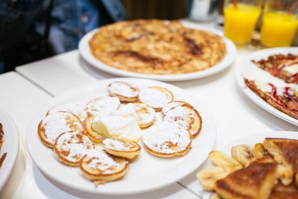 Một khay bánh poffertjes, Amsterdam, Hà Lan: Về cơ bản, đây là những chiếc bánh kếp mini, thêm chocolate và rắc đường. Ảnh: Thatfoodcray.