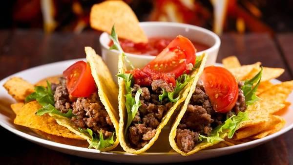 Bánh taco ở Queretaro, Mexico: Loại bánh nổi tiếng này được bán khắp các con phố của Mexico, từ chiều tối tới sáng sớm. Với 60 peso (khoảng 4 USD), bạn có thể mua được 10 chiếc, được tự chọn nhân bánh, ăn kèm dưa chuột củ cải, hành, và nhiều loại rau trộn. Ảnh: Viajejet.