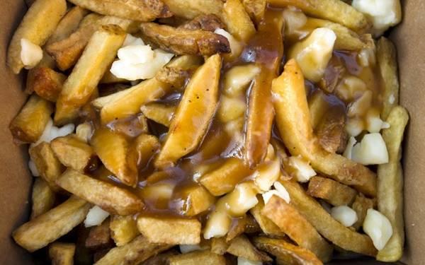 Poutine, Canada: Món ăn độc đáo này gồm khoai tây chiên rưới nước thịt và phô mai. Bạn có thể mua poutine trên hè phố với giá chưa tới 4 USD, hoặc thưởng thức tại các nhà hàng sang trọng với giá đắt hơn.