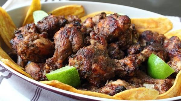 Gà nướng, Jamaica: Bạn có thể thưởng thức gà nướng ở bất cứ đâu tại Jamaica, nhưng bãi biển Boston ở cảng Antonio là nơi lý tưởng nhất. Một đĩa gà nướng có giá dao động từ 3 tới 4 USD. Ảnh: Food Wishes.