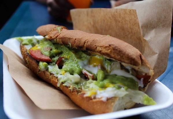 Shuco, Guatemala: Những chiếc bánh mì kẹp xúc xích này có giá chỉ 1 USD. Ngoài xúc xích, phần nhân còn có thịt hun khói, phô mai và sốt quả bơ. Ảnh: Latribunaguatemala.