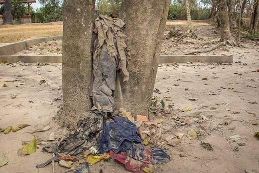 Quần áo của các nạn nhân xấu số bị vứt ở những gốc cây vẫn được giữ cho đến ngày nay.