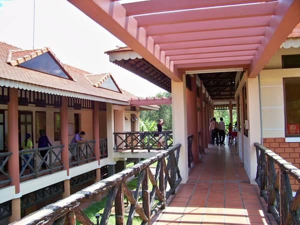 Sau khi tham quan, du khách có thể thưởng thức các món ăn đặc sản tại nhà hàng trong làng nổi.