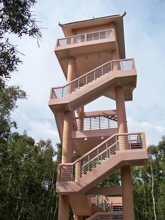 Tháp quan sát được xây trong rừng tràm có chiều cao 38 mét. Đây cũng là những chòi canh đề phòng cháy rừng, hoặc nhanh chóng định hướng khu vực cháy cho các nhân viên bảo vệ.