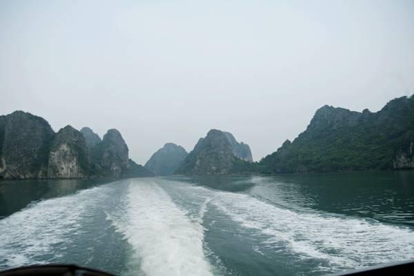 Description: Lênh đênh trên biển khoảng hơn một giờ, bạn sẽ đến đảo. Nếu đi tàu cao tốc, giá vé là 200.000 đồng. Nếu đi tàu gỗ, giá vé là 150.000 đồng. Khung cảnh thiên nhiên hùng vĩ của những núi đá lớn nhỏ cùng cơn gió trời sẽ mang đến cho bạn giây phút khó quên.