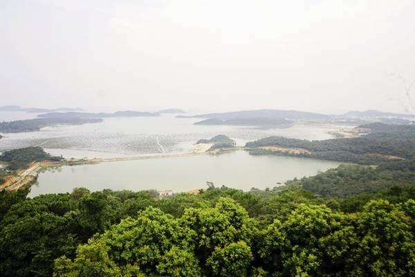 Description: Từ trên ngọn hải đăng, bạn có thể ngắm nhìn toàn bộ cảnh quan xung quanh Cô Tô với núi, biển và những hòn đảo nhỏ phía xa xa.