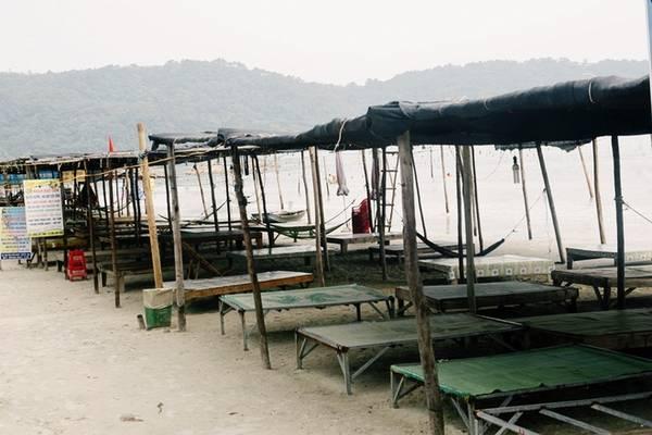 Description: Du lịch trên đảo ngày càng phát triển. Tại các bãi biển, khách có thể đến tắm và thuê một sạp để ngồi giữ đồ đạc với giá 50.000 đồng. Người dân chài trên đảo cũng rất thân thiện và hiền hòa.