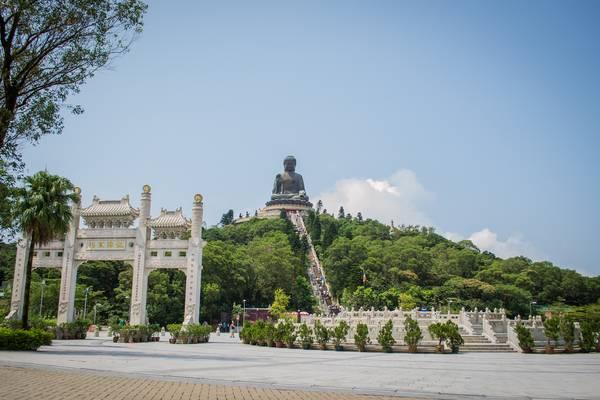 Tượng Đại Phật Thiên Tân là một trong những điểm tham quan thú vị trên đảo Lantau. Ảnh: glbcitizen.wordpress.com
