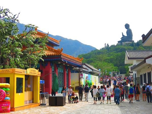 Một con đường của làng Ngong Ping. Ảnh: eatandtravelwithus.com