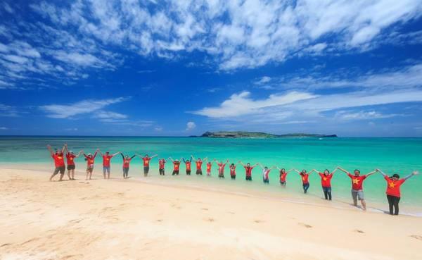 Biển xanh, cát trắng, nắng vàng ở vịnh Triều Dương… - Ảnh: Huỳnh Tuấn