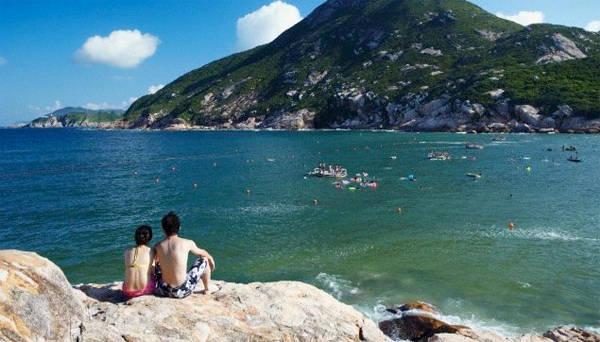 Bãi tắm ở làng chài Shek O rất nổi tiếng ở Hong Kong. Ảnh: Travigators