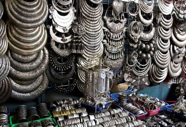 Rất nhiều du khách yêu thích các món đồ trang sức bằng bạc ở Phnom Penh. Ảnh: anekdotique.com