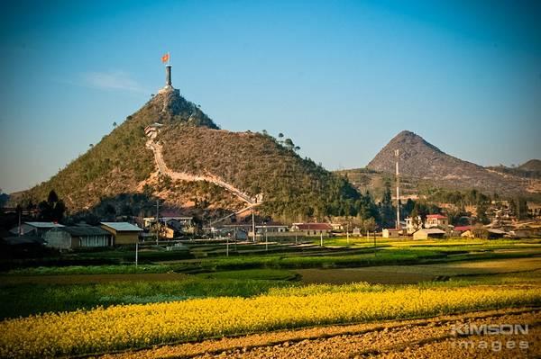 Cột cờ lũng cú cao vợi – Ảnh: Vũ Kim Sơn