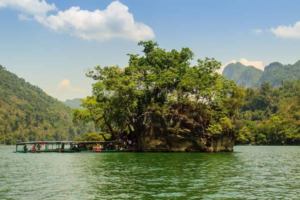 Hồ Ba Bể là nơi lý tưởng để tạm rời xa những lo toan chốn thành thị và được hòa mình vào với thiên nhiên. Ảnh: hoindph01496/flickr.com