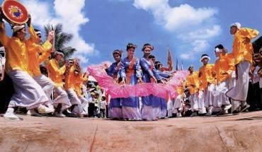 Xen những điệu múa quạt, các câu hát dân ca sẽ làm say đắm bất cứ ai đến lễ hội truyền thống độc đáo này. Ảnh: Luxurydaily