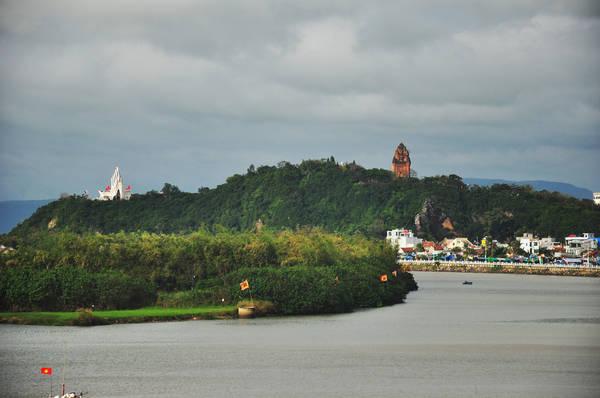 Phú Yên là vùng đất có phong cảnh non nước hữu tình. Ảnh: Tracy Truong/flickr.com