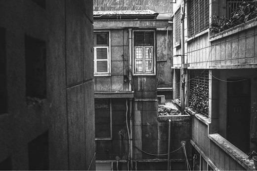 Trong một thoáng, chung cư Sài Gòn lại mang vẻ ma mị đến khó hiểu. (Nguồn IG @ligraphyvn)