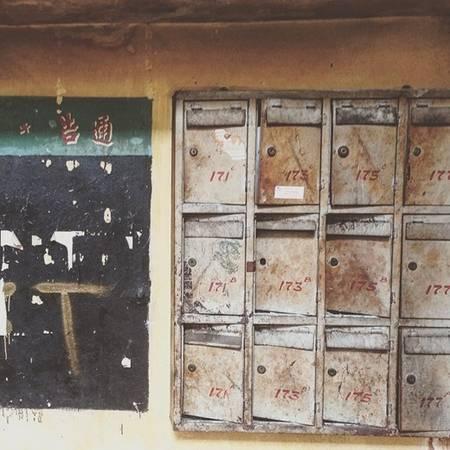 Thùng thư hoen gỉ trong một chung cư ở khu người Hoa. (Nguồn IG @keipham2709)