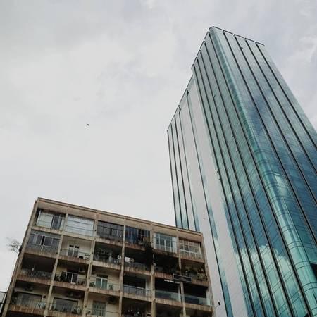 Chung cư cũ đặt cạnh tòa nhà Saigon Times Square hiện đại - đối lập nhưng không đối chọi. (Nguồn IG @longfreeman)